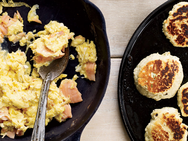 Smoked-Salmon Scramble with Dill Griddle Biscuits // © Tina Rupp